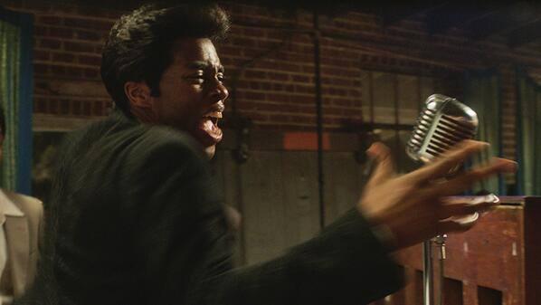 Chadwick Boseman jako James Brown poucza muzyków w \