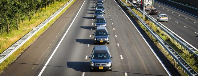 Kondukt żałobny karawanów jedzie z lotniska w Eindhoven