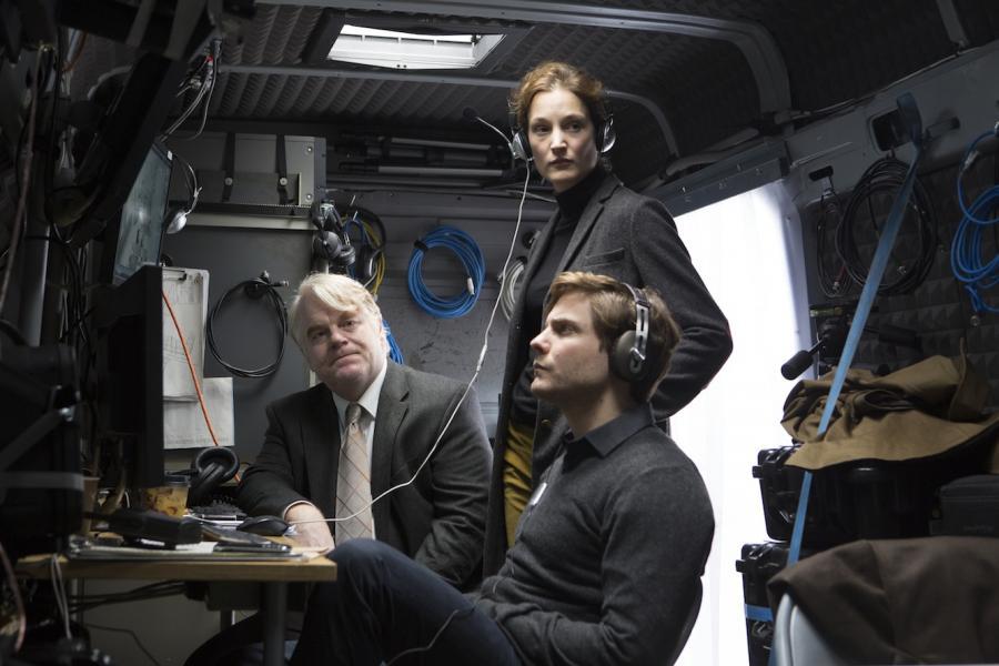 """Seymour Hoffman, Nina Hoss i Daniel Brühl w filmie """"Bardzo poszukiwany człowiek"""""""