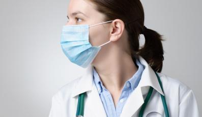Lekarz w maseczce na twarzy