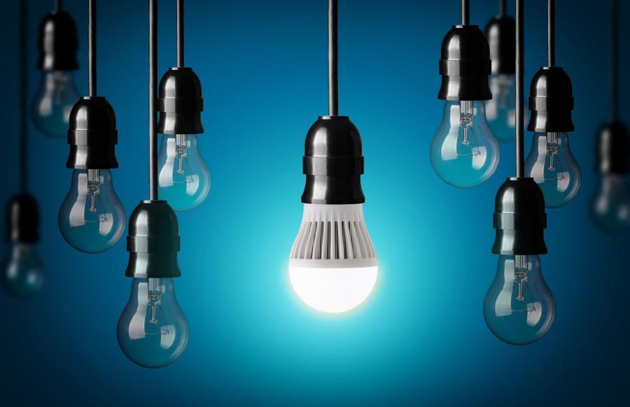 Żarówka LED na tle zwykłych żarówek
