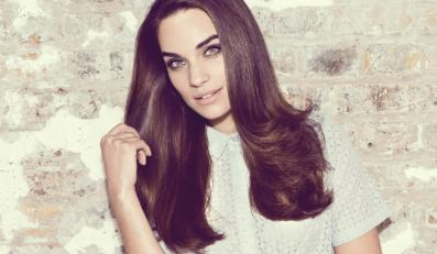 PONIEDZIAŁEK: włosy modelowane na okrągłej szczotce na dobry początek tygodnia Ta klasyczna fryzura jest bardzo szybka i łatwa w stylizacji. Co więcej – sprawi, że Twoje gęste, pełne objętości włosy będą przyciągać spojrzenia innych.