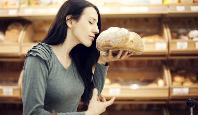 Kobieta wąchająca chleb