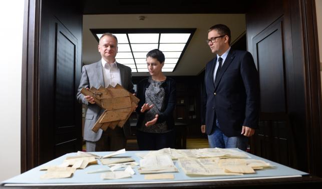 Darczyńcy i dyrektor Muzeum Powstania Warszawskiego, Jan Ołdakowski
