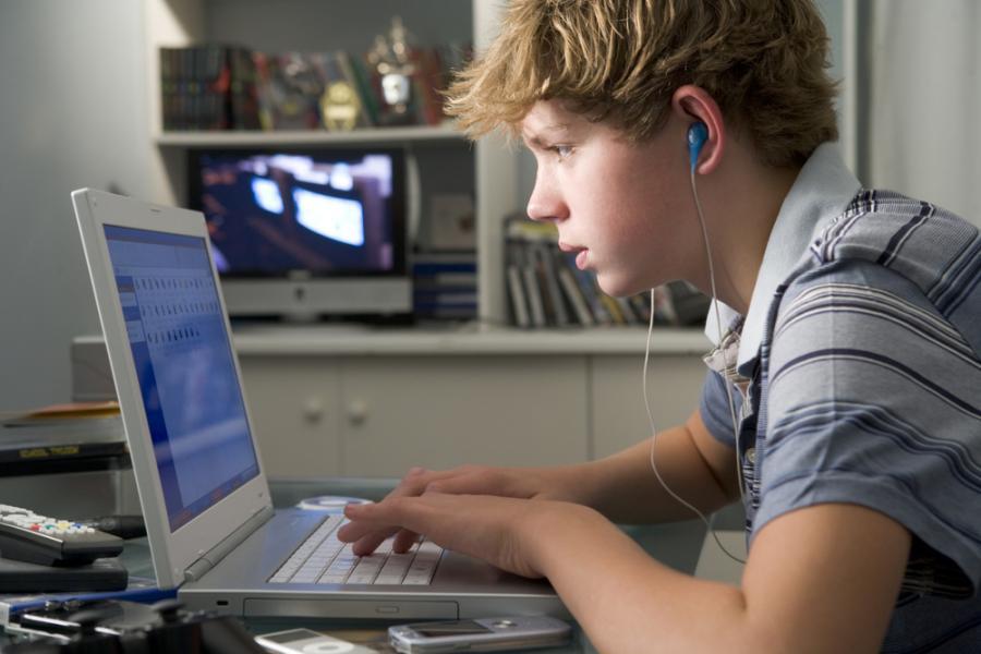 Chłopiec przy laptopie