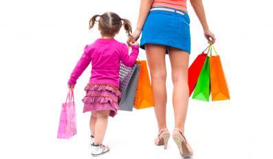 Kobieta na zakupach z córką