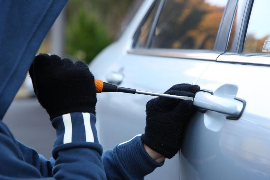 Jak złodzieje kradną samochody w Polsce? Łamak plus moduł - zestaw dobry na wszystko