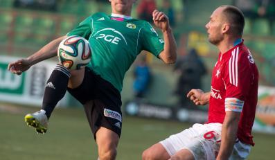 Zawodnik PGE GKS Bełchatów Arkadiusz Piech (L) walczy o piłkę z Arkadiuszem Głowackim (P) z Wisły Kraków podczas meczu polskiej Ekstraklasy
