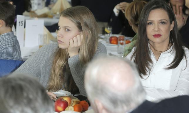 Piękna twarz, brzydki grymas: znudzona imprezą córka Kingi Rusin