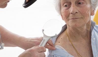 Starsza kobieta u dermatologa