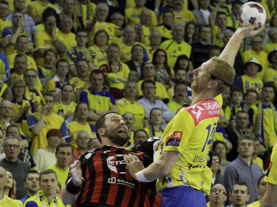 Zawodnik Vive Tauron Karol Bielecki (P) blokowany przez Nemanję Pribaka (L) z HC Vardar podczas rewanżowego meczu ćwierćfinałowego Ligi Mistrzów piłkarzy ręcznych