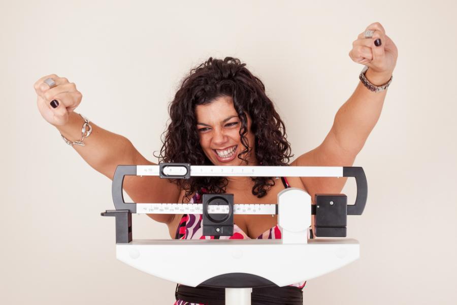 Szczęśliwa kobieta na wadze
