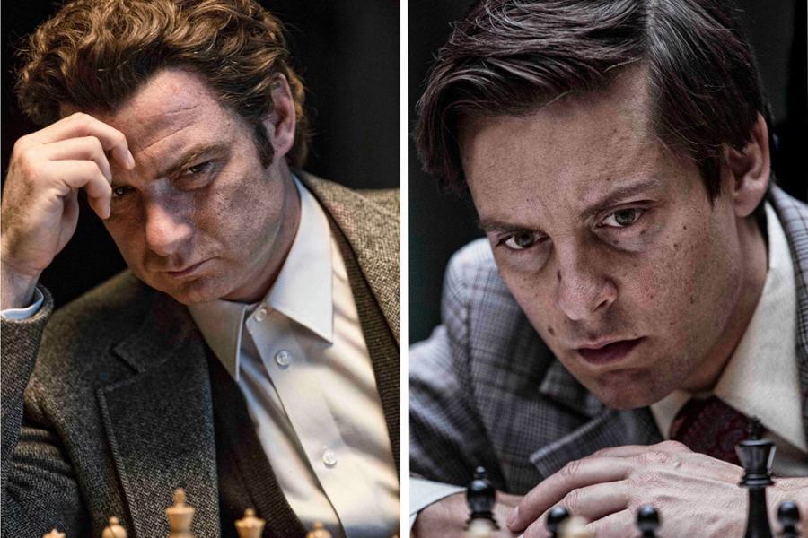 Tobey Maguire gra w szachy z Lievem Schreiberem