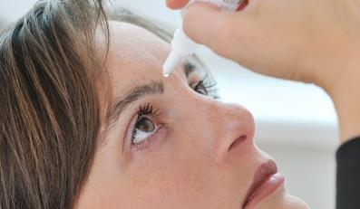 Kobieta używa kropli do oczu