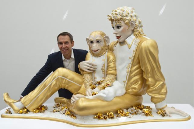Jeff Koons ze swoim dziełem