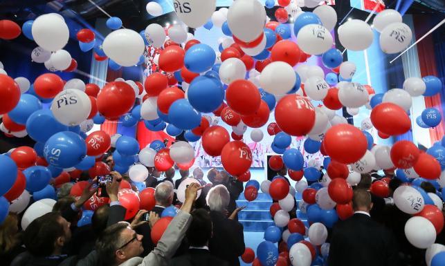 Partyjna bitwa na konwencje. Politolog: PiS wygrało z PO 2:1. ZDJĘCIA