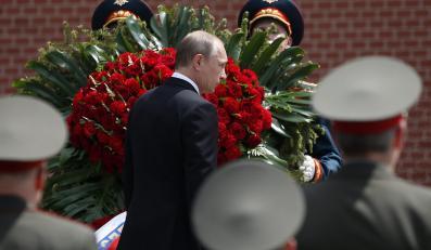 Władimir Putin składa wieniec na Grobie Nieznanego Żołnierza w Moskwie