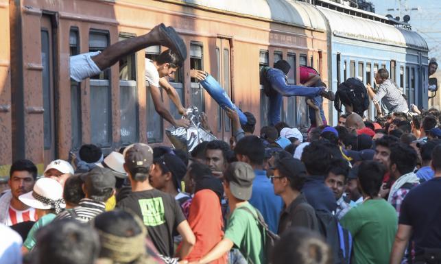 Przez Macedonię i Serbię do lepszego życia. Tak imigranci szturmują Europę. ZDJĘCIA