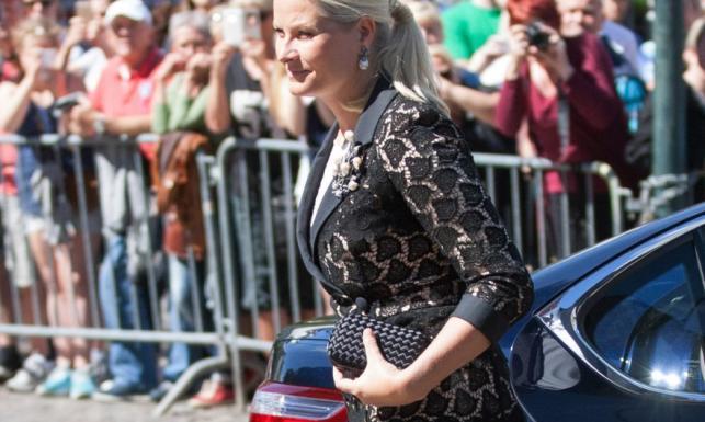 To nie było eleganckie: księżna Norwegii na obchodach rocznicy zamachu