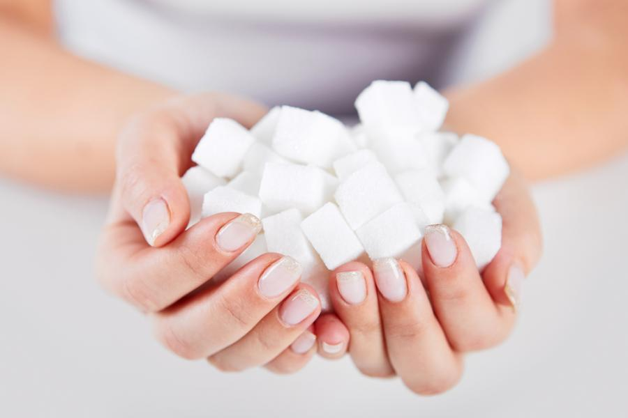Kobieta trzymająca kostki cukru