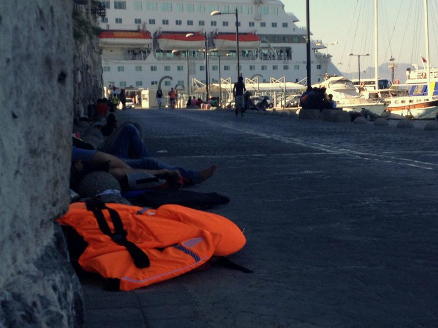 Uchodźcy śpią w porcie w Kos
