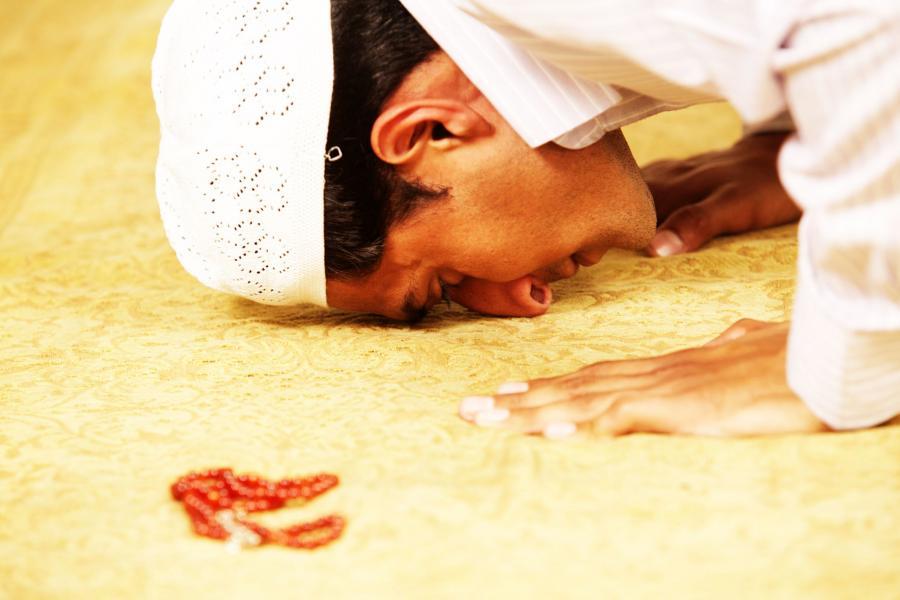 Muzułmanin w czasie modlitwy