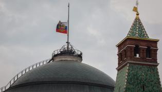 Opuszczone flagi na Kremlu na znak żałoby
