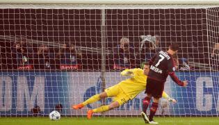 Wojciech Szczęsny puszcza gola w meczu Romy z Bayerem Leverkusen