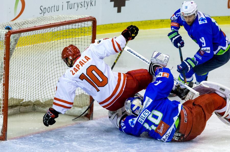 Polak Krzysztof Zapała (L) wpada na bramkarza Słowenii Lukę Gracnara (C) podczas meczu hokejowego turnieju EIHC w Katowicach