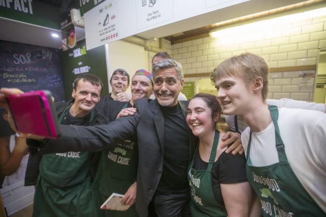 George Clooney robi sobie selfie z pracownikami Social Bite cafe