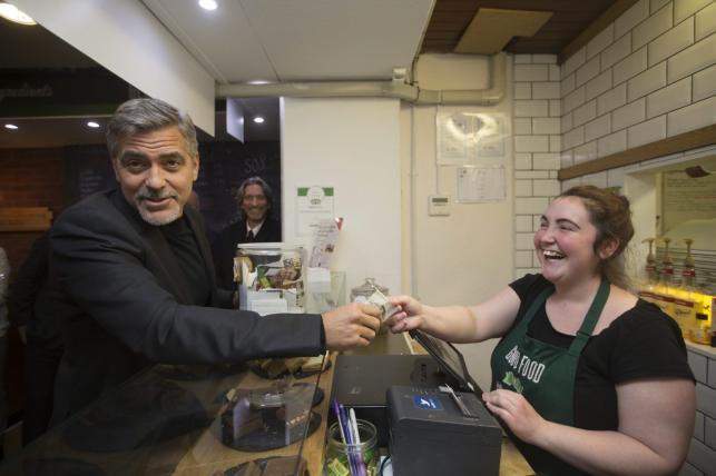 George Clooney podczas wizyty w Social Bite w Edynburgu