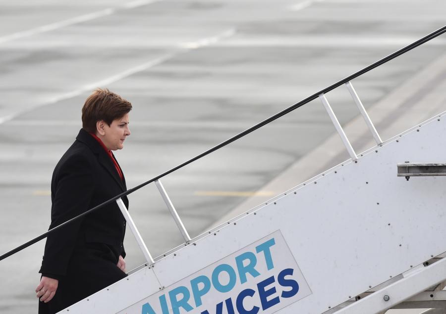 Premier Beata Szydło wchodzi na pokład samolotu na lotnisku wojskowym w Warszawie przed wylotem do Brukseli i Paryża