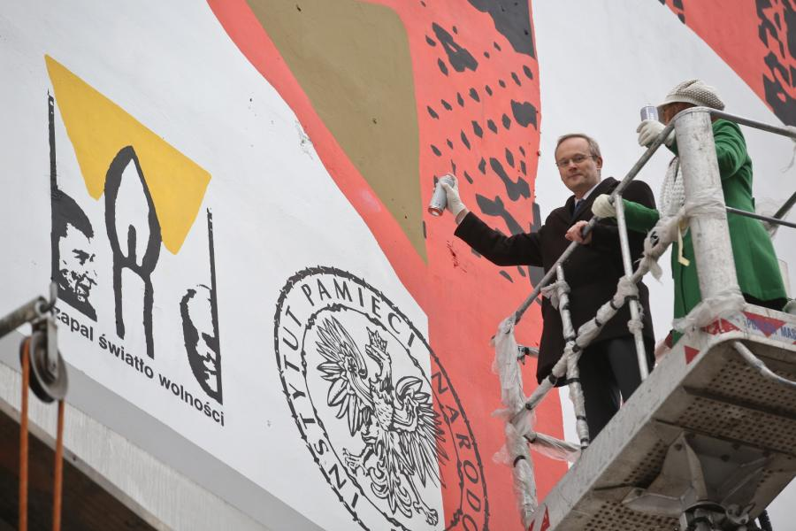 Prezes IPN Łukasz Kamiński oraz I Sekretarz w Ambasadzie USA w Polsce Alison Elizabeth Dilworth podczas odsłonięcia okolicznościowego muralu