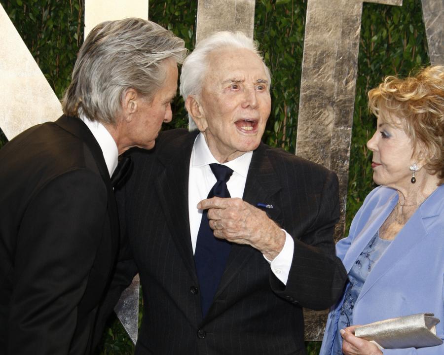Michael Douglas i Kirk Douglas z żoną Anne w 2012 roku