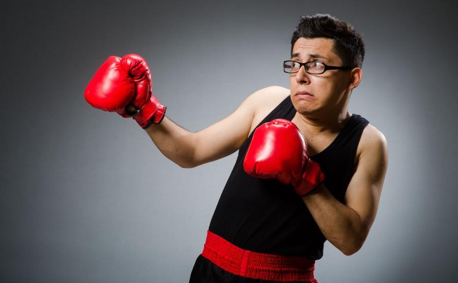 Słaby mężczyzna trenuje boks