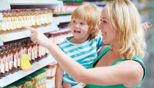 Kobieta z dzieckiem na zakupach w sklepie spożywczym