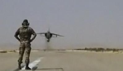 Przeleciał F-18 tuż nad głową kolegi