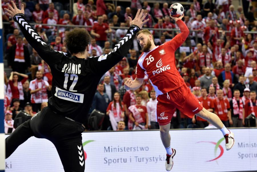 Michał Daszek (P) rzuca na bramkę Serba Darko Stanicia (L) podczas meczu grupy A mistrzostw Europy piłkarzy ręcznych w Krakowie