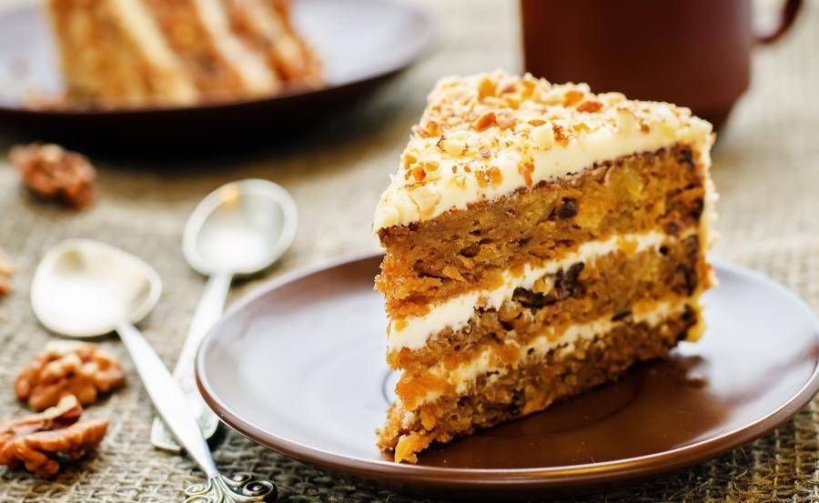 Ciasto marchewkowe przekładane kremem – 580 kcal
