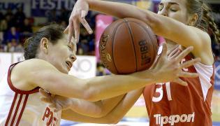 Justyna Żurowska-Cegielska (L) walczy o piłkę z Czeszką Klarą Krivankovą (P) podczas meczu towarzyskiego koszykarek w Krośnie