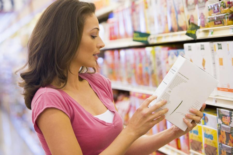 Kobieta w sklepie z żywnością