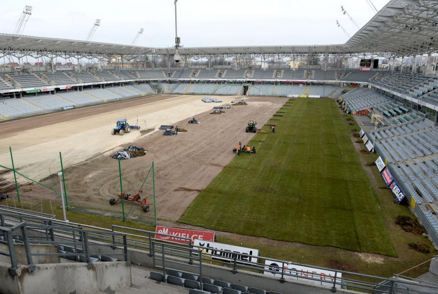 Wymiana zniszczonej murawy na stadionie w Kielcach