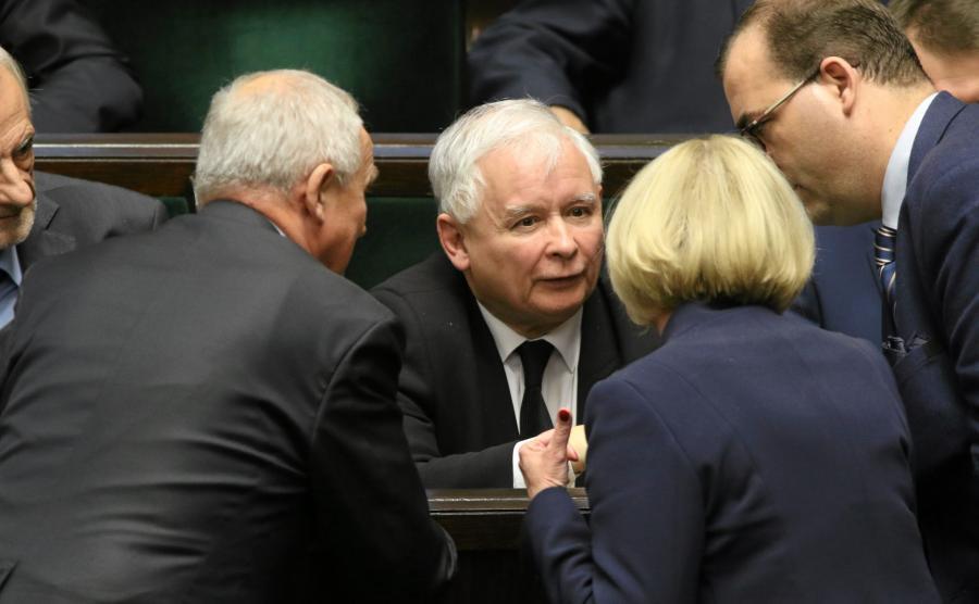 Jarosław Kaczyński w Sejmie, w otoczeniu polityków PiS