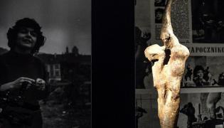"""Rzeźba """"Ptak"""" Aliny Szapocznikow zaprezentowana podczas konferencji prasowej w Domu Aukcyjnym CESA Unicum"""