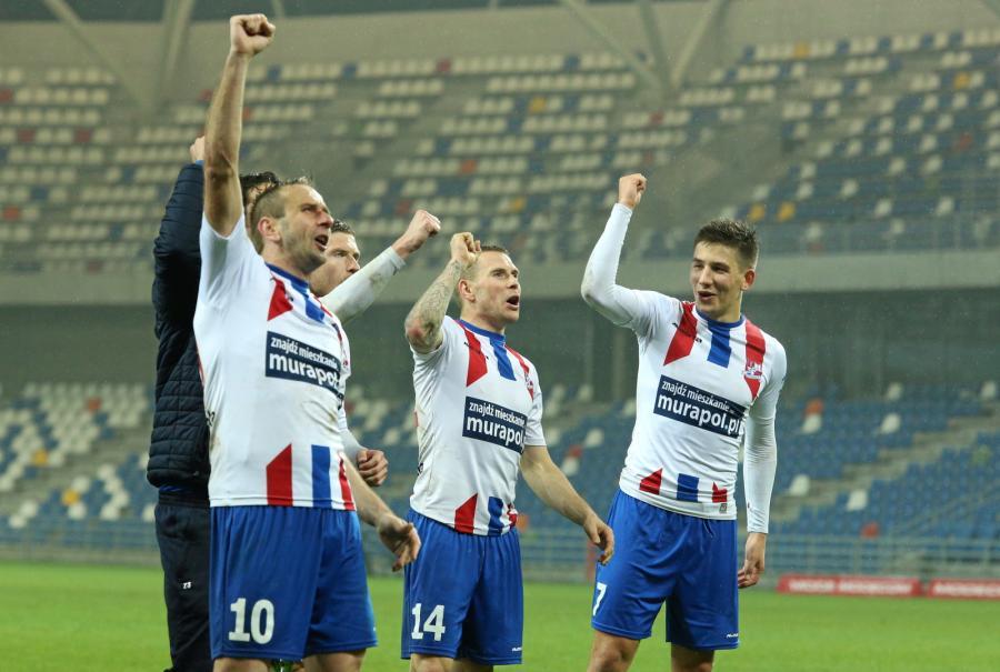 Piłkarze Podbeskidzia Bielsko-Biała cieszą się z zwycięstwa po meczu ostatniej kolejki rundy zasadniczej polskiej Ekstraklasy z Termaliką Bruk-Bet Nieciecza