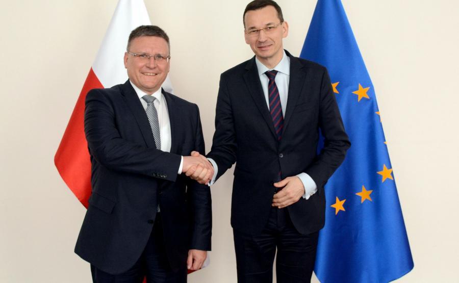 Frank Deiss, szef działu produkcji układów napędowych Mercedes-Benz Cars i Mateusz Morawieckim wicepremier i minister rozwoju