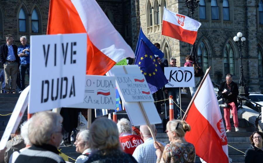 Manifestacje zwolenników i przeciwników prezydenta Dudy