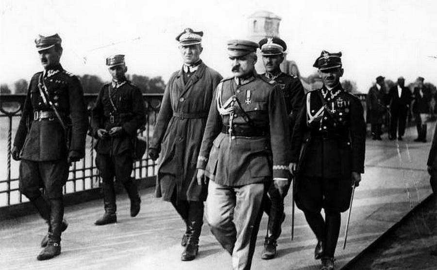 13 maja 1926, marszałek Józef Piłsudski przed spotkaniem z prezydentem RP Stanisławem Wojciechowskim na moście Poniatowskiego. Od lewej: Kazimierz Stamirowski, Marian Żebrowski, Gustaw Orlicz-Dreszer, Józef Piłsudski, Władysław Jaroszewicz i Michał Galiński