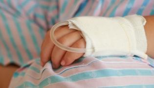 Ręka dziecka leżącego w szpitalu