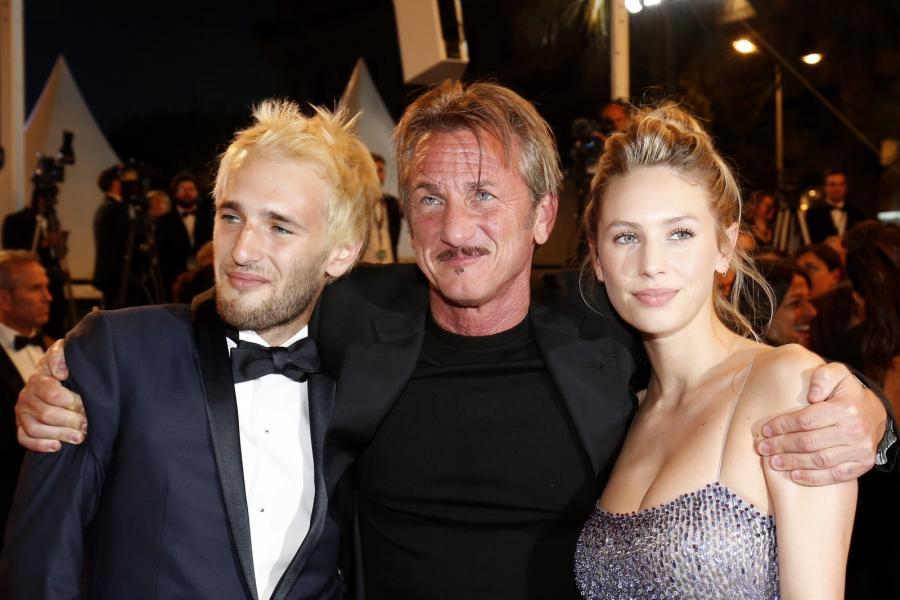 "Sean Penn z córką Dylan Frances Penn i synem Hopperem Penn na premierze filmu ""The Last Face"""